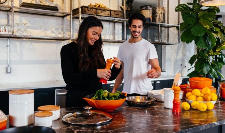 youtuber in cucina